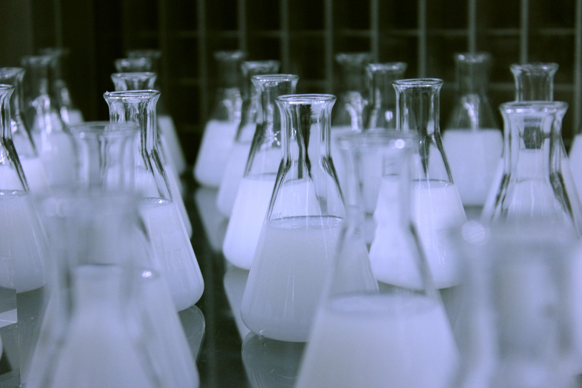 flasks-606612_1920.jpg